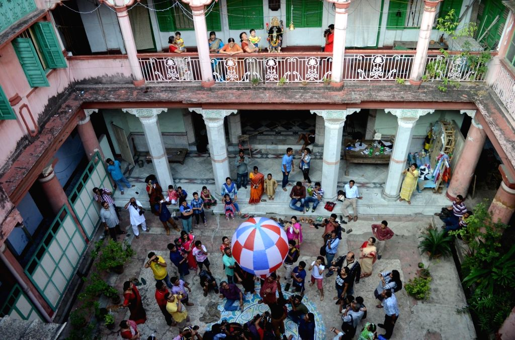 People release sky lanterns on the occassion of Kali Puja in Kolkata on Oct 29, 2016.