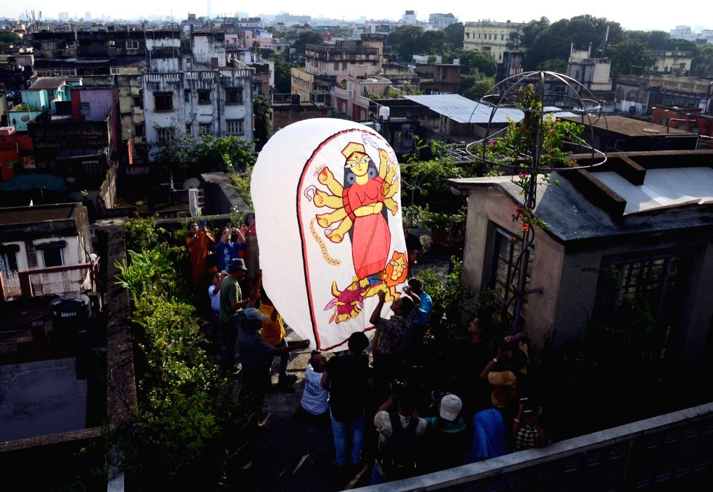 People releasing Hot Air balloon on the occassion of 'Kali Puja' in Kolkata on Oct 27, 2019.