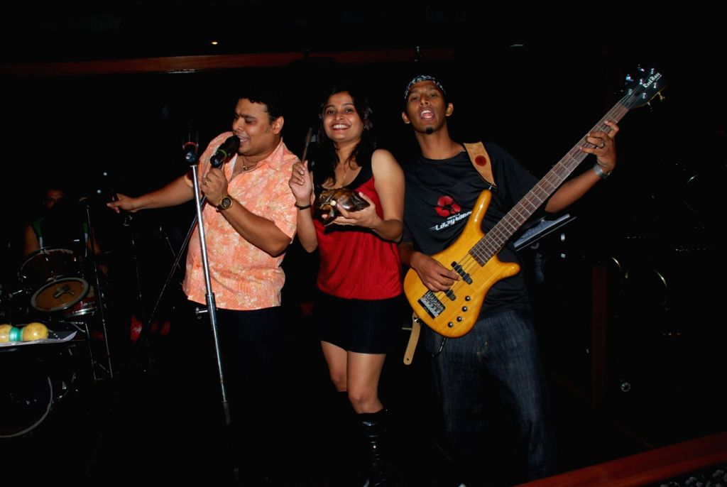 People singing at the Live gig of Farenhite at Firangi Paani,Fun Republic.