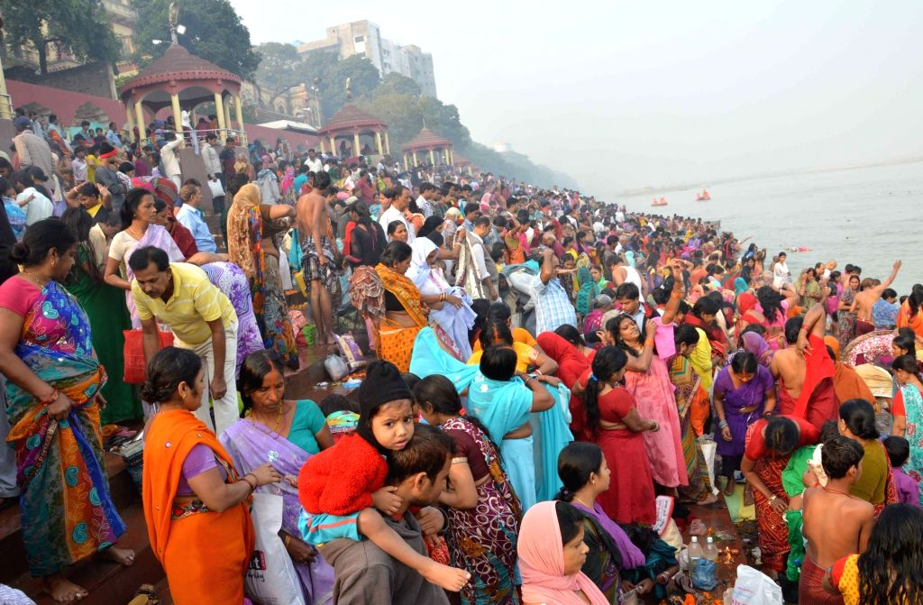 People throng Ganga ghats on Kartik Purnima in Patna on Nov 25, 2015.