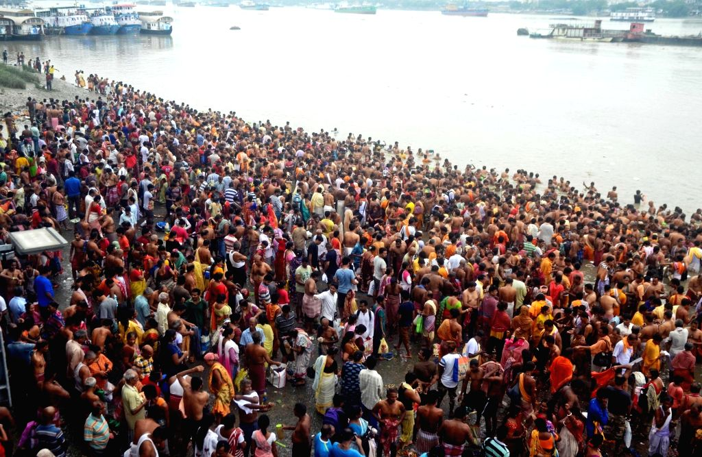 """People throng the banks of Ganga river to perform 'Tarpan' to pay tributes and pray for their forefathers on the last day of """"Pitru Paksha"""" in Kolkata on Sep 28, 2019."""