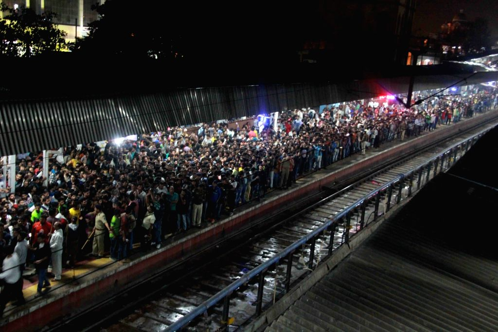 People throng Vadodra railway station to get a glimpse of actor  Shah Rukh Khan on Jan 23, 2017. Khan traveled from Mumbai to Delhi on August Kranti Express train to promote his upcoming ... - Shah Rukh Khan