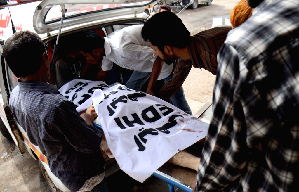 People transfer a body of a heatstroke victim to a hospital in southern Pakistani port city of Karachi, June 24, 2015. Over 748 people including 35 children died ...