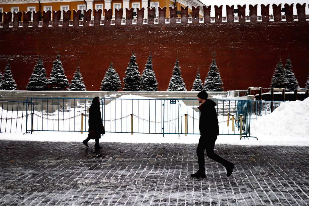 People walk past Kremlin in Moscow, Russia, on Jan. 13, 2016. Tempature in Moscow raised after the city was hit by heavy snow. (Xinhua/Dai Tianfang)