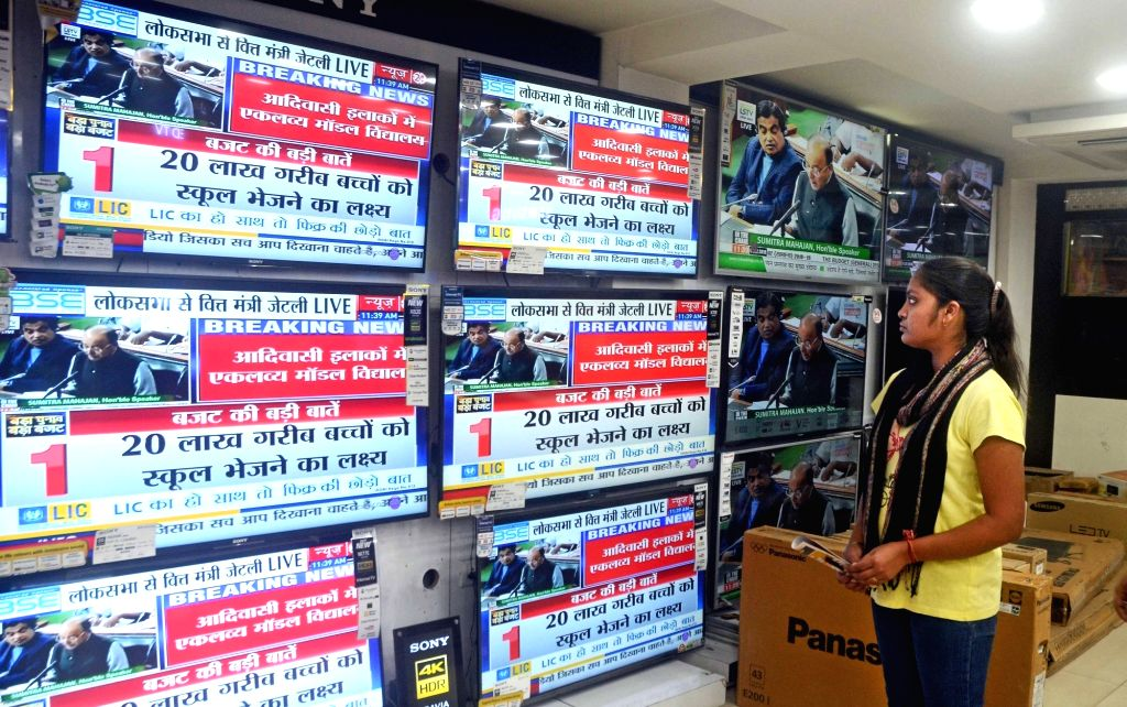 People watch the telecast of the presentation of Union Budget 2018-19 in Kolkata on Feb 1, 2018.