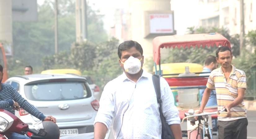 People wear masks to protect themselves from air pollution as smog continues to engulf the national capital, on Nov 4, 2019. (Photo: IANS)