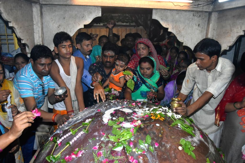 People worship Lord Shiva on the last Monday of the holy month of 'Shrawan' in Varanasi on Aug 12, 2019.