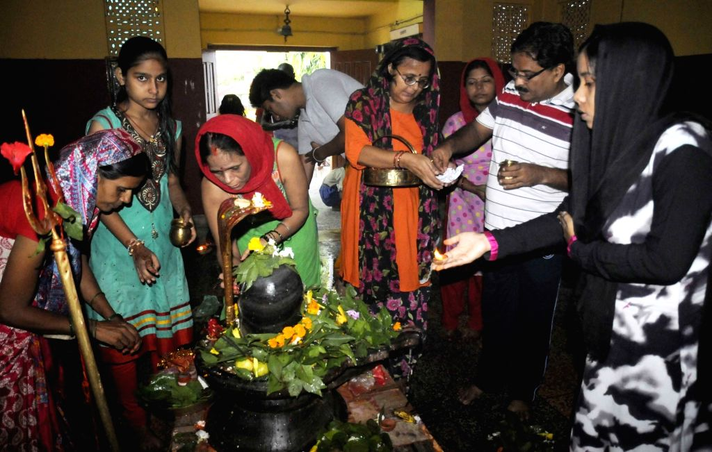 """People worship lord Shiva on the third Monday of """"Saawan"""" in  Patna on Aug 8, 2016."""