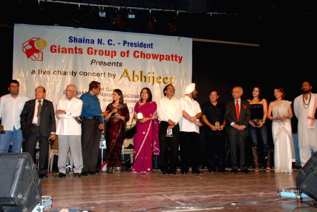 Perizaad Zorabian and Tulip Joshi at Abhijeet live charity concert by Giants Club of Chowpatty at Birla Matoshree.