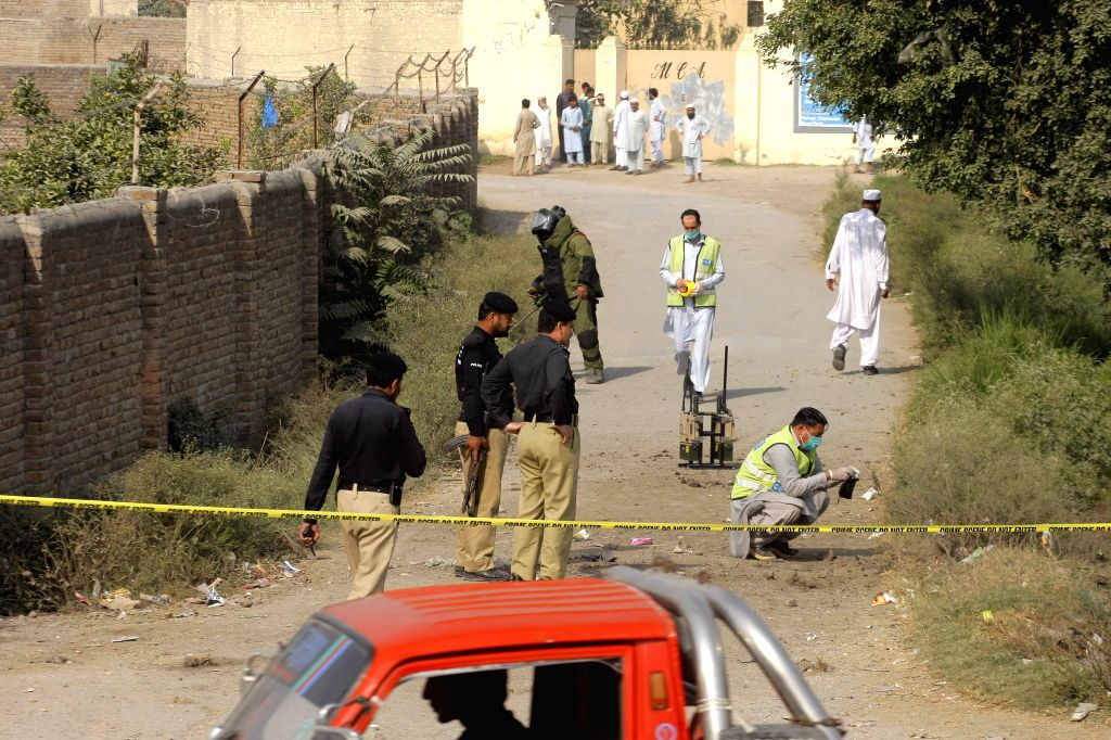 PESHAWAR, Oct. 25, 2016 - Pakistani bomb disposal squad personnel take part in a disarmament operation to disarm an improvised explosive device (IED) in northwest Pakistan's Peshawar, Oct. 25, 2016. ...
