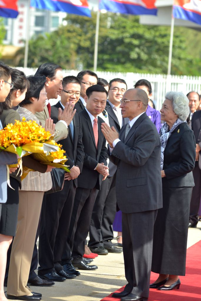 PHNOM PENH, July 5, 2016 - Cambodian King Norodom Sihamoni (L, front) and his mother, former Queen Norodom Monineath (R, front), are seen off by Chinese diplomats in Phnom Penh, Cambodia, July 5, ...