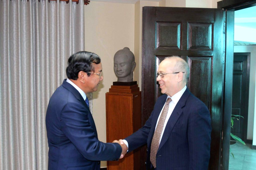 PHNOM PENH, Oct. 27, 2016 - Cambodian Foreign Minister Prak Sokhonn (L) shakes hands with U.S. Assistant Secretary of State Daniel Russel in Phnom Penh, Cambodia, Oct. 27, 2016. Prak Sokhonn met with ... - Prak Sokhonn