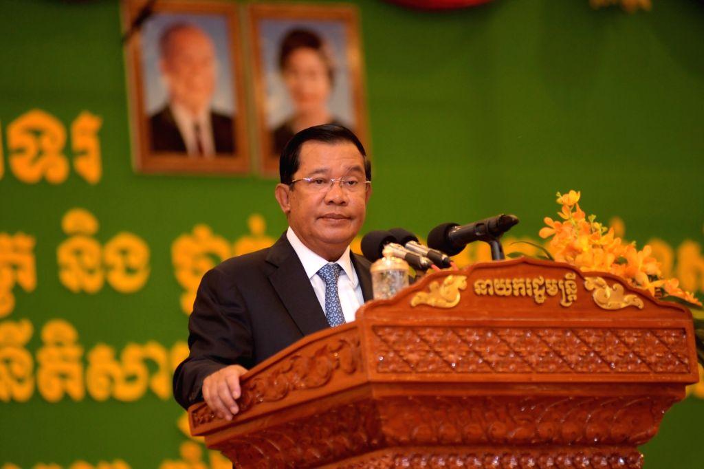 PHNOM PENH, Oct. 6, 2016 - Cambodian Prime Minister Samdech Techo Hun Sen speaks during a graduation ceremony at the Royal University of Law and Economics in Phnom Penh, Cambodia, Oct. 6, 2016. Hun ... - Samdech Techo Hun Sen