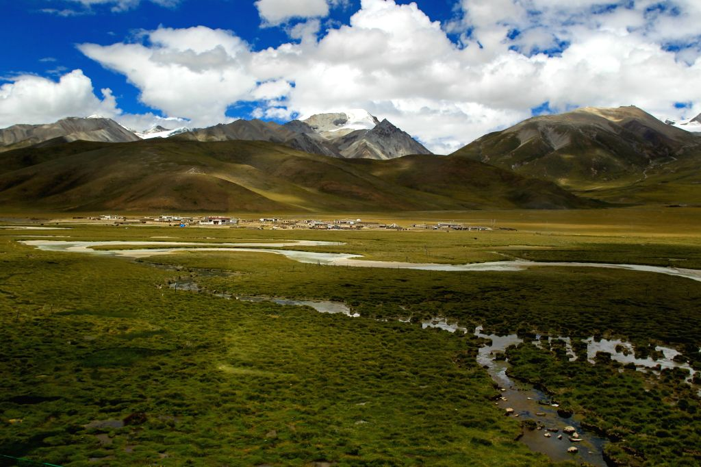Photo taken on Aug. 1, 2015 shows the scenery of Nagqu-Lhasa section of Qinghai-Tibet railway, southwest China's Tibet Autonomous Region. With picturesque scenery ...