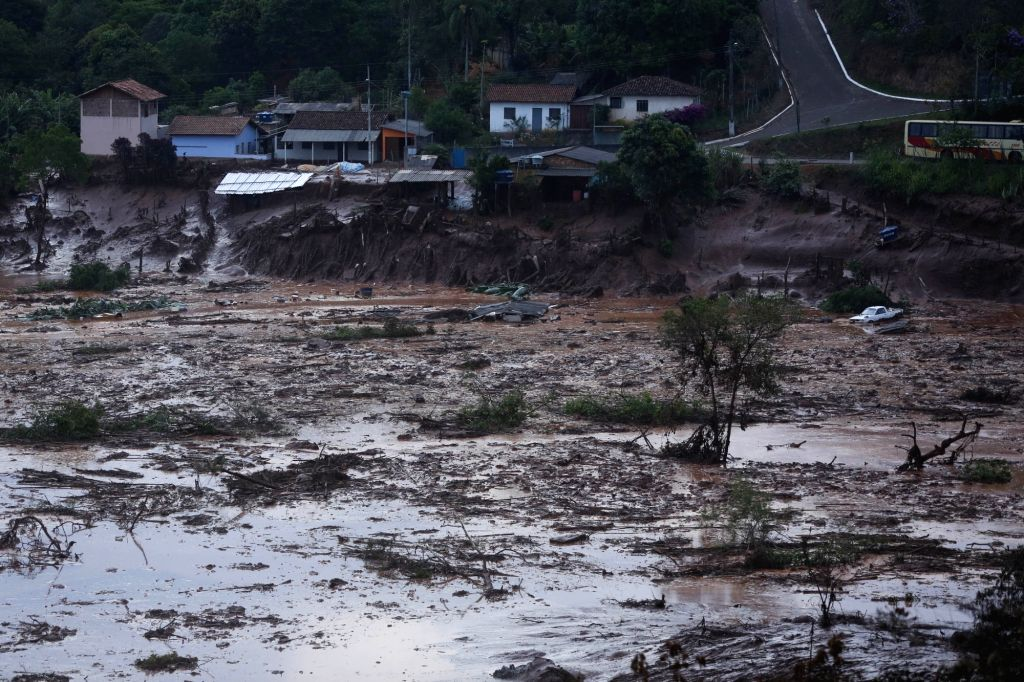:Photo taken on Nov. 5, 2015 shows flood in Bento Rodrigues, a town in the southeastern Brazilian state of Minas Gerais, after a dam at a mining waste site ...