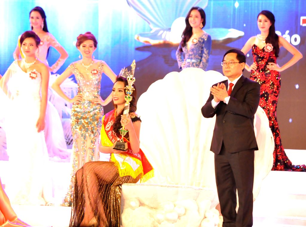Phu Quoc: Miss Vietnam 2014 Nguyen Cao Ky Duyen (C) poses for photos during the Miss Vietnam 2014 finals in Phu Quoc, Vietnam, Dec. 6, 2014.