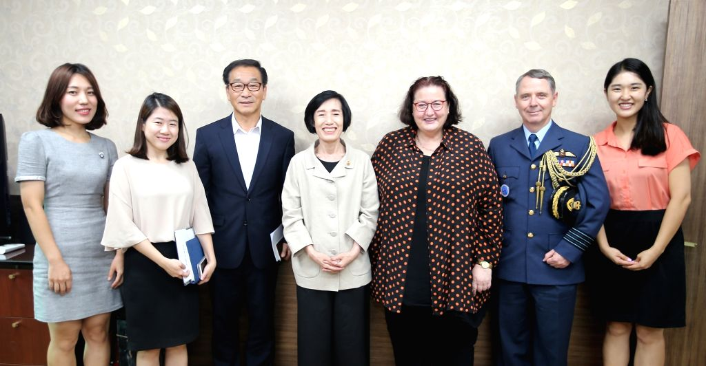 Pi Woo-jin, minister of patriots and veterans affairs (MPVA), (4th from L) meets with New Zealand Ambassador Clare Fearnley (5th from L) at her office in Seoul on Aug. 1, 2017.