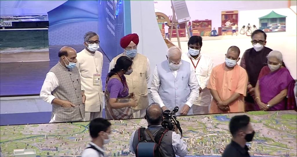 PM Modi arrived in Lucknow, visited the exhibition at Urban Conclave.