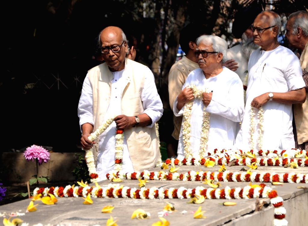 Poet Shankha Ghosh and Left Front Chairman Biman Bose pay tributes at 'Bhasha Shahid Bedi', on International Mother Language Day in Kolkata, on Feb 21, 2019. - Shankha Ghosh, Biman Bose and Bhasha Shahid Bedi