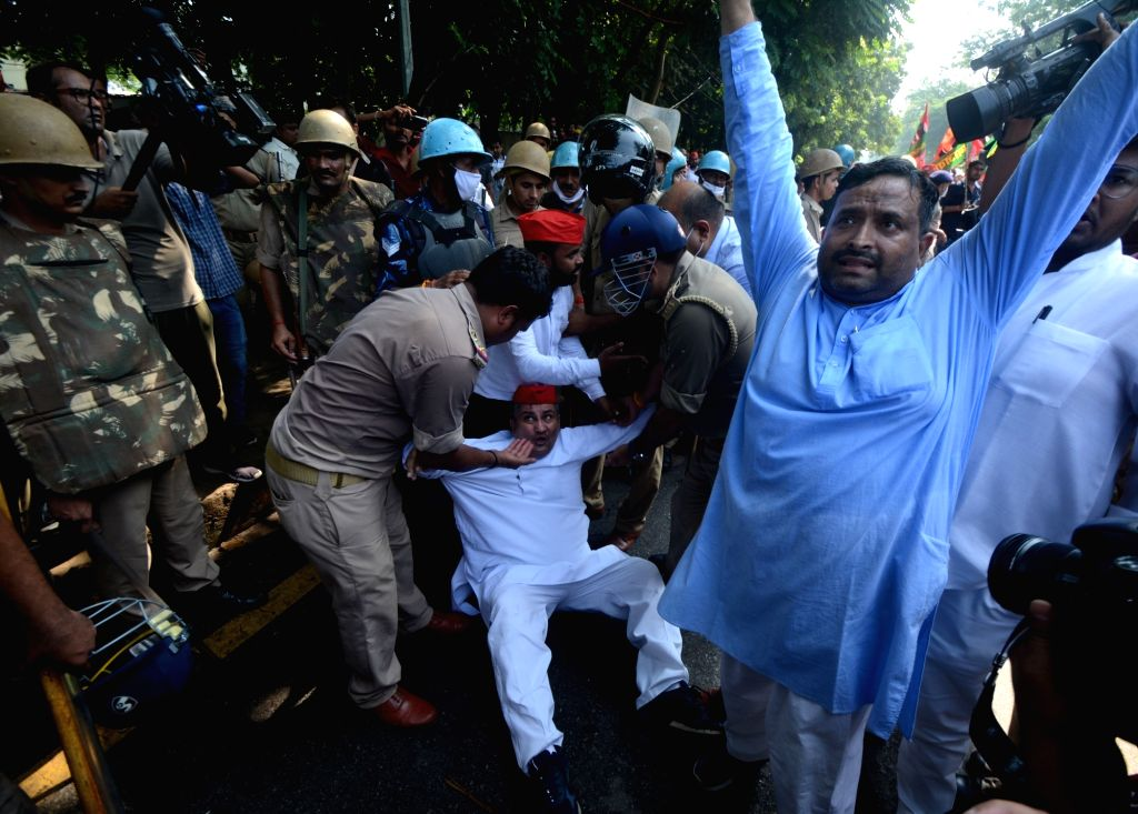 Police detain Samajwadi party party workers during a protest against  Lakhimpur Kheri violence  in Lucknow on Monday October 04,2021.(photo: Phool Chand/IANS)