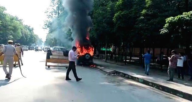 Police jeep on fire near Akhilesh residence