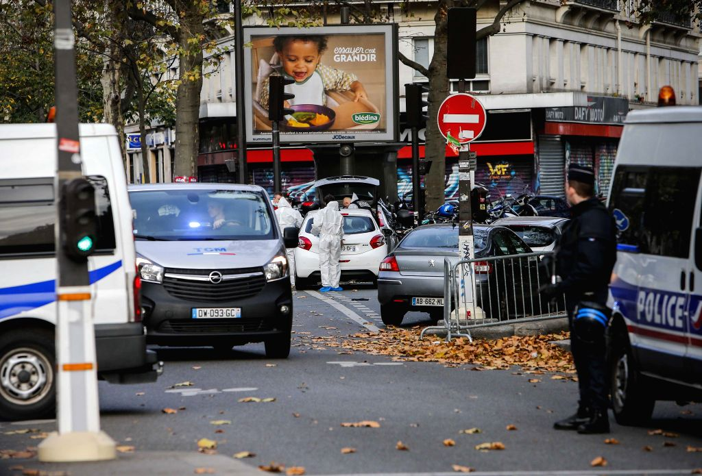 :Police officers investigate the scene outside the Bataclan concert hall in Paris, France, Nov. 14, 2015.  (zjy).