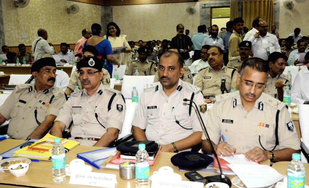 Police officials during a meeting with Bihar Chief Minister Jitan Ram Majhi in Patna on Aug 29, 2014. - Jitan Ram Majhi