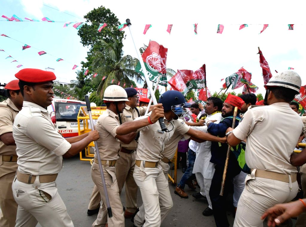 Police personnel use baton charge to disperse agitating SP workers participating in Kisan Aakrosh march, in Patna on Aug 9, 2018.