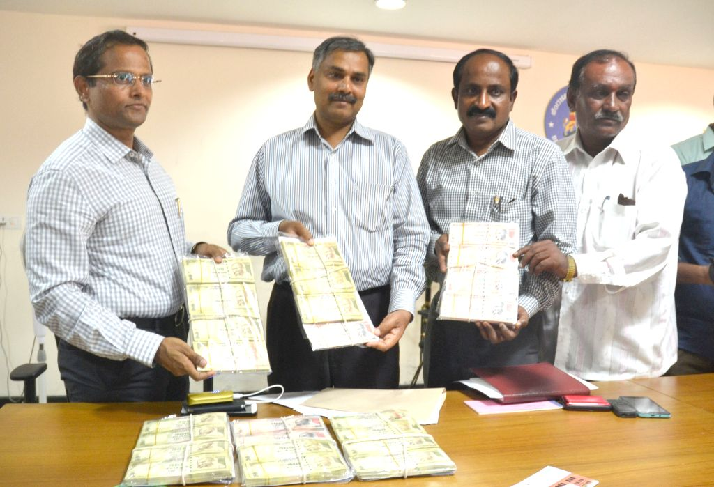 Police present before press counterfeit currency notes with a face-value of 13.76 lakh that were seized from a gang involved in printing fake notes in Bengaluru on April 8, 2015.