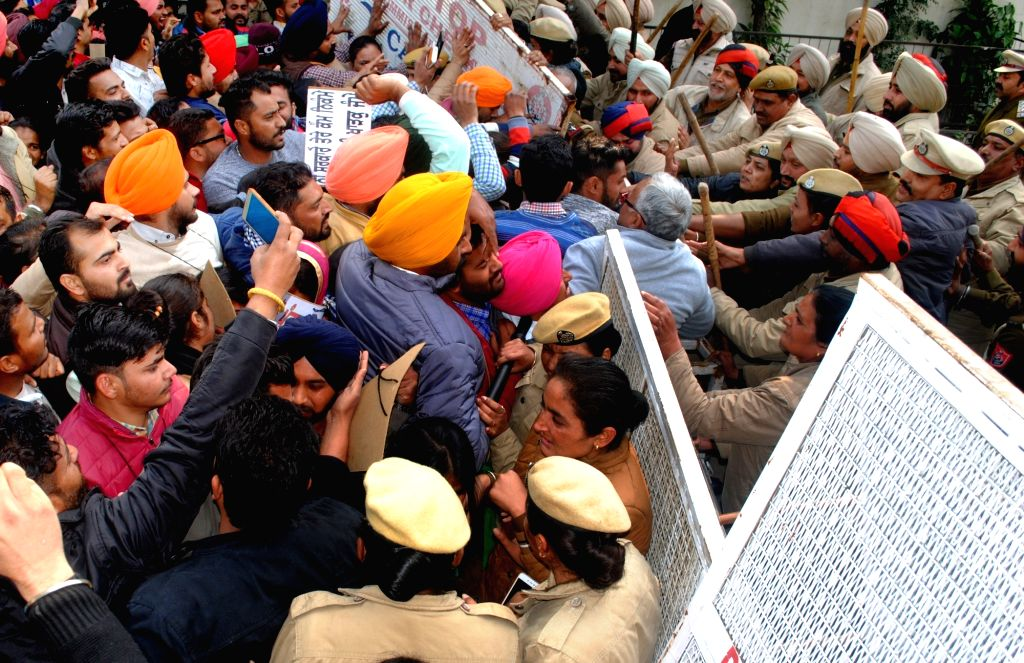 Police stops unemployed teachers staging a demonstration against the Punjab Government, under the banner of Unemployed Elementary Teacher Training (ETT)- Teacher Eligibility Test (TET) Pass ... - O