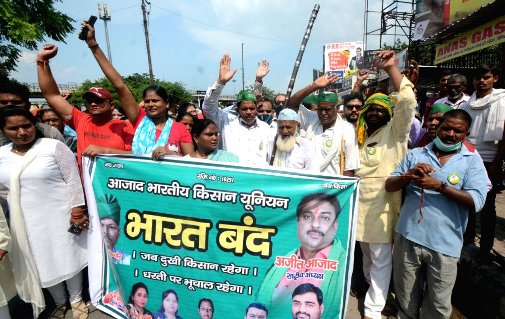 Police try to stop Farmers as they protest during Bharat Bandh against Central Governments Three Farm reform laws in Lucknow on Monday September 27,2021.(photo:IANS)