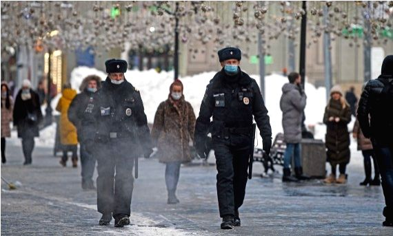 Policemen wearing face masks patrol on a street in Moscow, Russia, on Jan. 15, 2021. (Xinhua/Evgeny Sinitsyn)