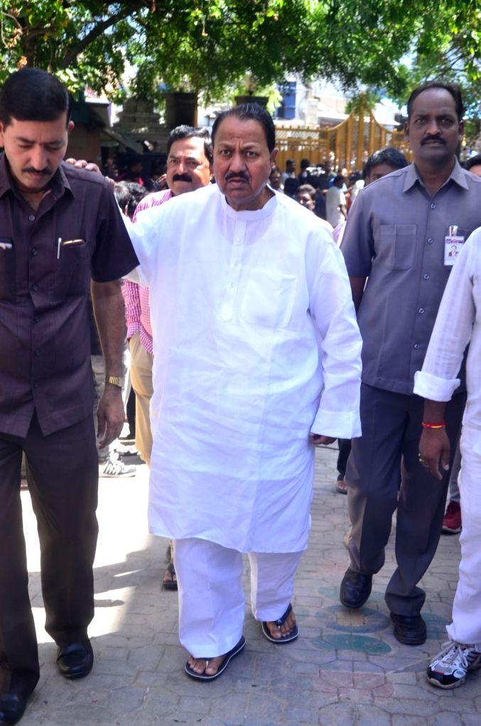 Politician D Srinivas pays last respect to Dasari Narayana Rao at his residence. - Dasari Narayana Rao