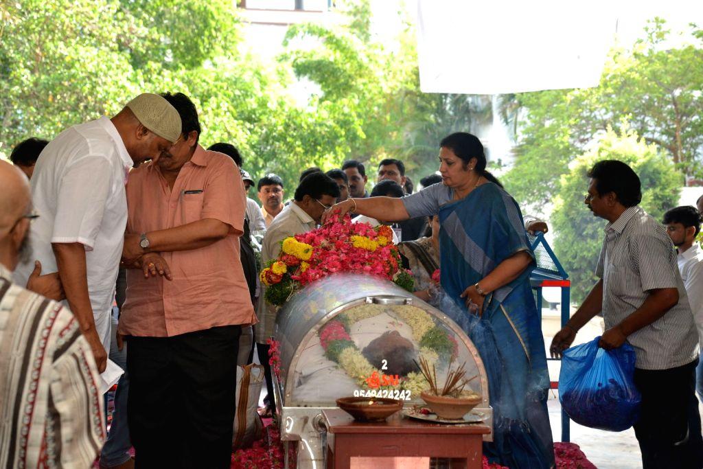 Politician Daggupati Purandeswari pays last respect to Dasari Narayana Rao at his residence. - Dasari Narayana Rao