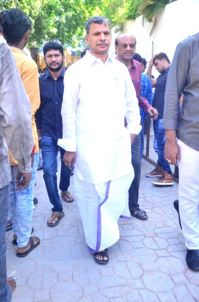 Politician Tulasi Reddy pays last respect to Dasari Narayana Rao at his residence. - Tulasi Reddy and Dasari Narayana Rao