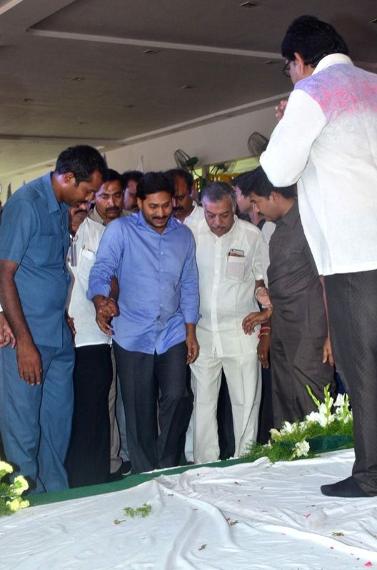 Politician Y. S. Jaganmohan Reddy pay tribute to late filmmaker Dasari Narayana Rao during a programme in Hyderabad on June 11, 2017.He passed away on 30th May 2017. - Dasari Narayana Rao