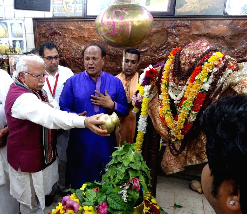 Port Louis: Haryana Chief Minister Manohar Lal Khattar performs ritual at Ganga Talao, in Mauritius' Port Louis, on Feb 17, 2019. - Manohar Lal Khattar