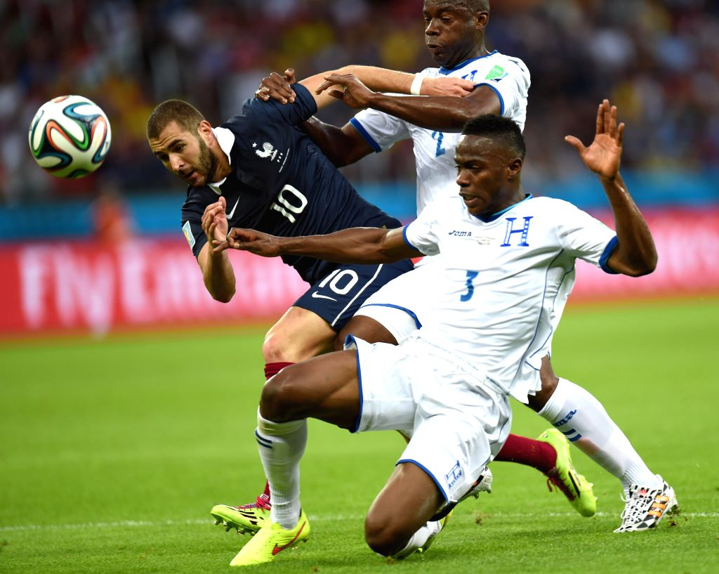 France's Karim Benzema (L) vies with Honduras' Osman Chavez (C) and Maynor Figueroa during a Group E match between France and Honduras of 2014 FIFA World Cup ..