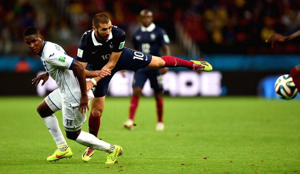 France's Karim Benzema (L) competes with Honduras' Brayan Beckeles during a Group E match between France and Honduras of 2014 FIFA World Cup at the Estadio ...