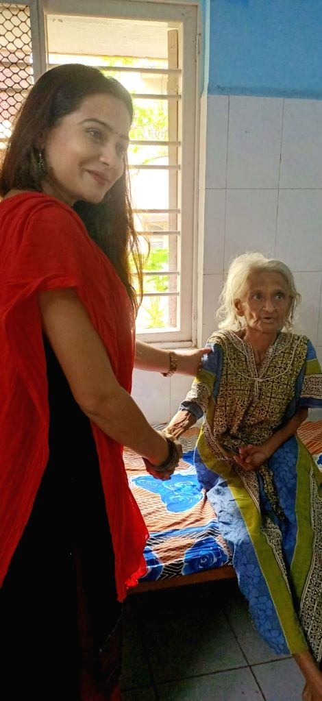 """""""Poster Boy"""" actress Samikssha Batnagar chose to celebrate Diwali with people at an old age home. On the occasion of Diwali, Samikssha visited Home for the Aged here, and distributed sweets among the elderly people. - Samikssha Batnagar"""