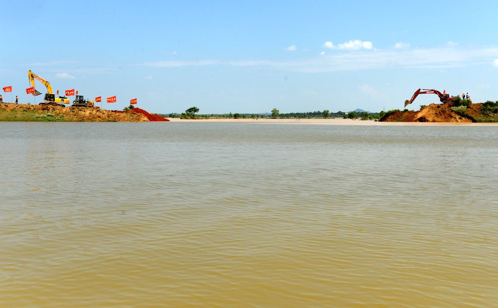 POYANG, June 22, 2016 - Excavators fill up a breach at Xiangyang dyke in Poyang County, east China's Jiangxi Province, June 22, 2016. About 500 armed police started to mend a 100-meter gap in the ...
