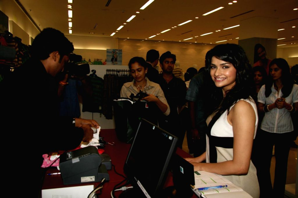 Prachi Desai launches Mark n Spenser store in Ghatkopar.