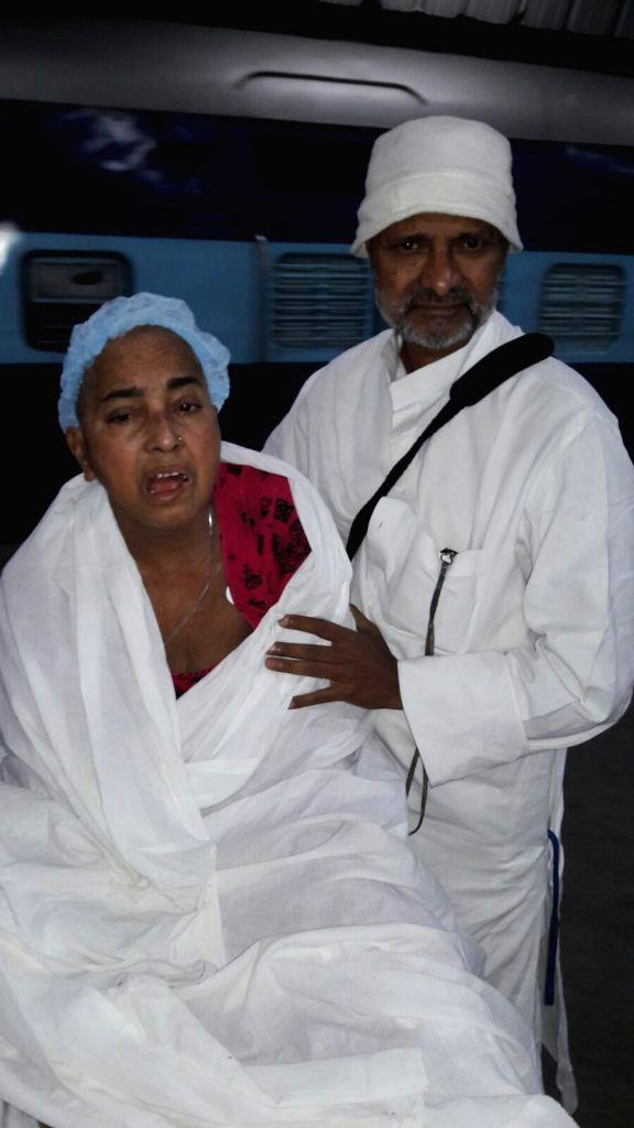 Prakash Singh Raghuvanshi, popularly known as Kisan Baba returing to Varanasi wih his ailing wife Shakuntala Singh. - Prakash Singh Raghuvanshi and Shakuntala Singh