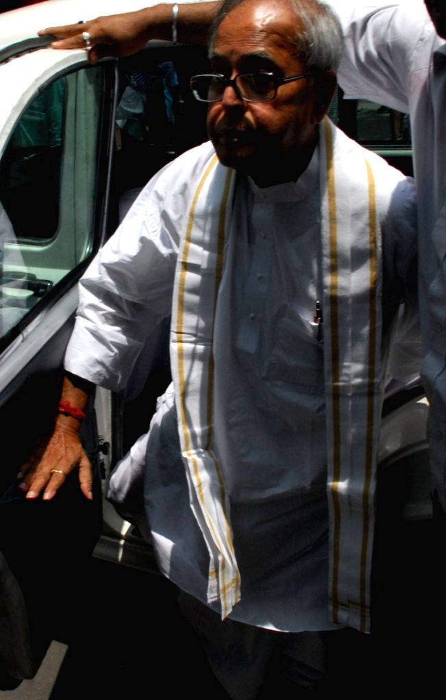 Pranab Mukherjee walking to cast his vote on the  Parliamentary Election day on 13th May 2009. - Pranab Mukherjee