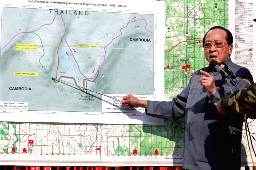 Cambodian Deputy Prime Minister and Foreign Minister Hor Namhong shows to the troops deployed at Preah Vihear area the boundary of Preah Vihear temple to .. - Hor Namhong