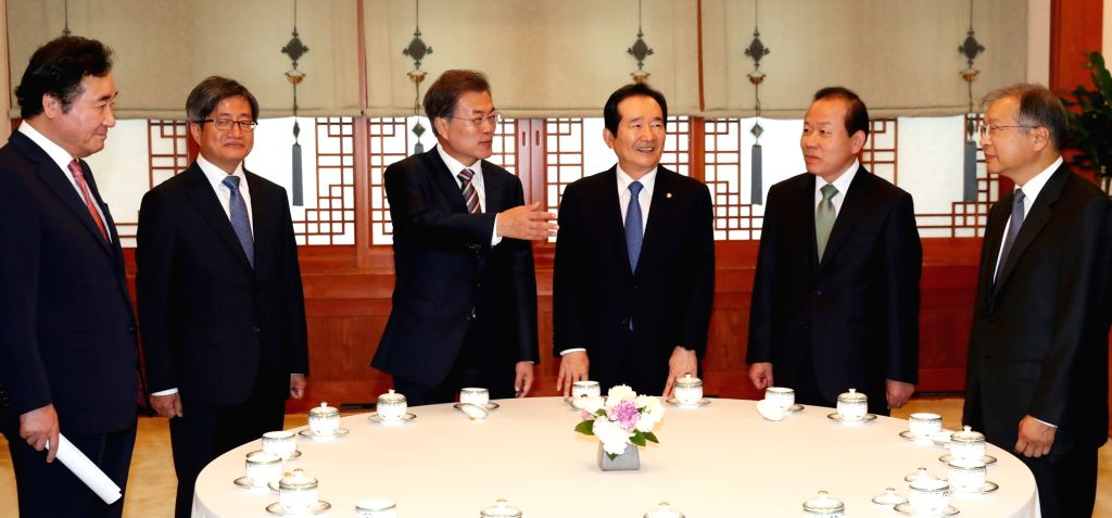 President Moon Jae-in (3rd from L) speaks before a luncheon meeting with five key state leaders at the presidential office on Oct. 10, 2017. From left are Prime Minister Lee Nak-yon, Supreme ... - Lee Nak