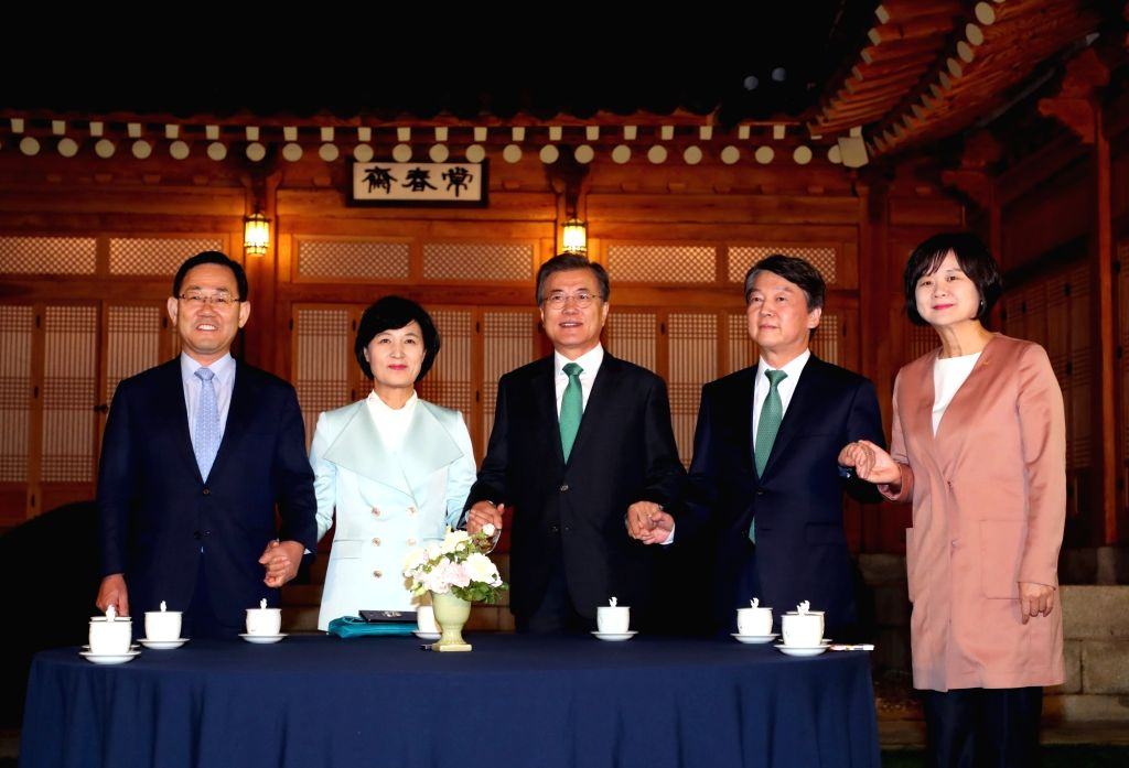 President Moon Jae-in (C) meets with leaders of ruling and opposition parties over dinner on Sept. 27, 2017, at his office Cheong Wa Dae in Seoul. They announced a five-point agreement ...