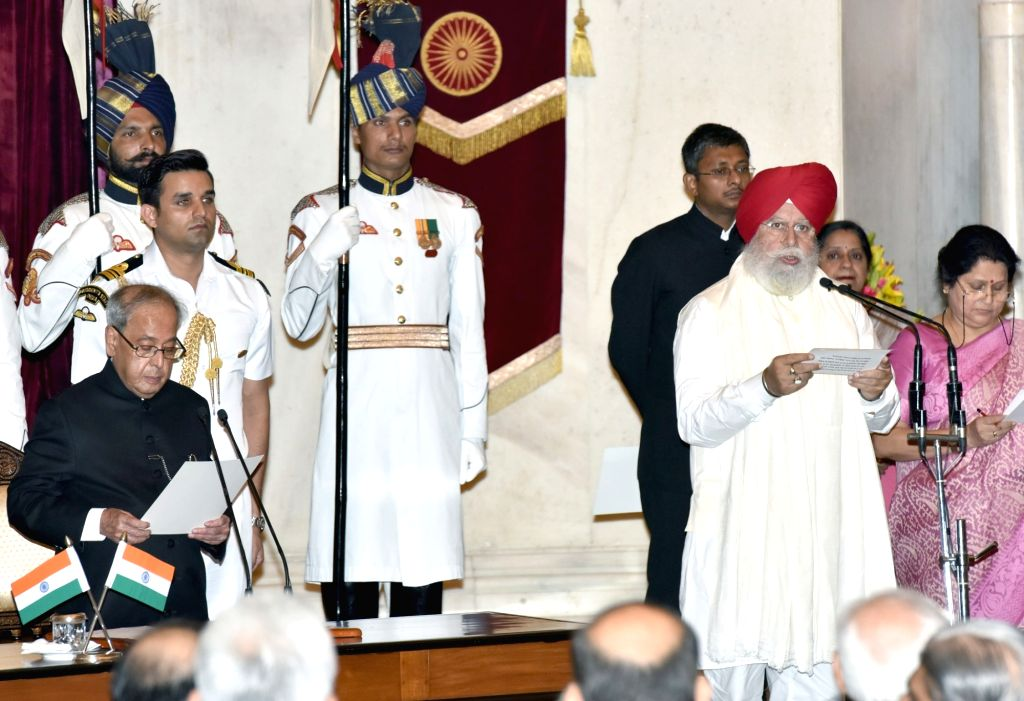 President Pranab Mukherjee administers the oath of Minister of State to S.S. Ahluwalia, at a swearing-in ceremony organised at Rashtrapati Bhavan, in New Delhi on July 5, 2016. - Pranab Mukherjee
