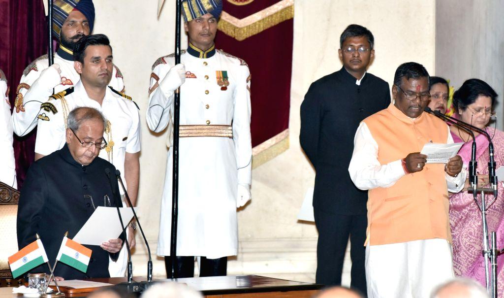President Pranab Mukherjee administers the oath of Minister of State to Faggan Singh Kulaste, at a swearing-in ceremony organised at Rashtrapati Bhavan, in New Delhi on July 5, 2016. - Pranab Mukherjee and Faggan Singh Kulaste