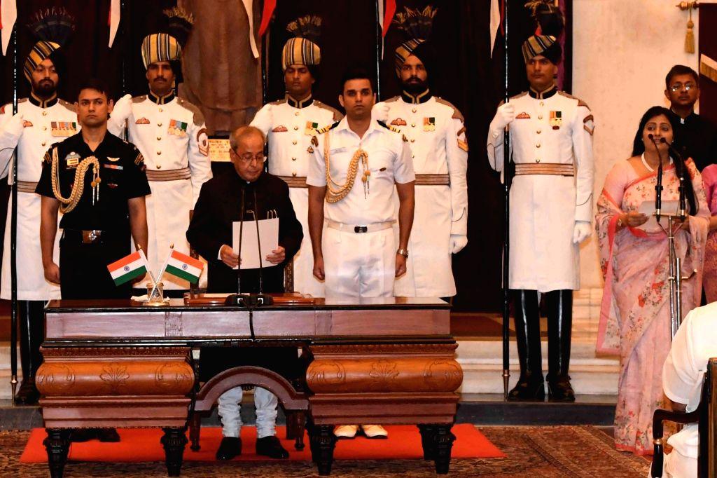 President Pranab Mukherjee administers the oath of Minister of State to Anupriya Patel, at a swearing-in ceremony organised at Rashtrapati Bhavan, in New Delhi on July 5, 2016. - Pranab Mukherjee and Anupriya Patel